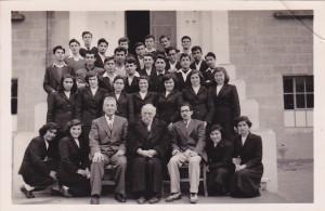ՀԲԸՄ Մելգոնեան Հաստատութեան շրջանաւարտները Չօպանեանի հետ - 1953