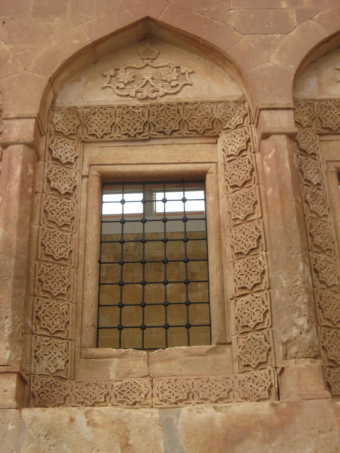 Իսհակ Փաշայի Պալատի զարդաքանդակները, գեղազարդարուած հայ վարպետներու կողմէ: