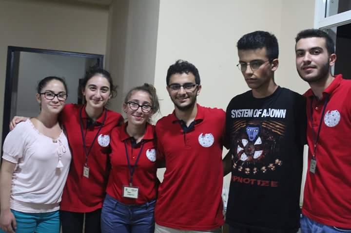 Ահա այն 6 որոշ չափով յուզուած, բայց երջանիկ երիտասարդ խմբագիրները, որոնք պիտի մասնակցին Հայաստանի մէջ տեղի ունեցող Ուիքի Ճամբարին