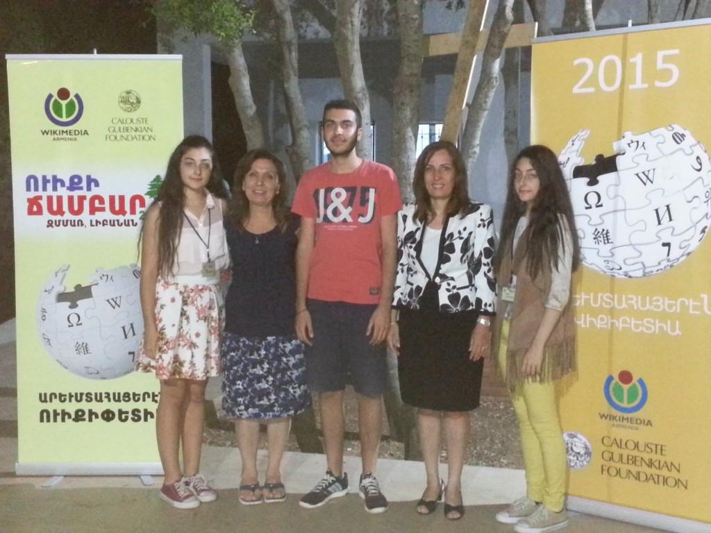 Տիկ. Սուսաննա Մկրտչեան եւ Տիկ. Ռիթա Պոյաճեան՝ Ս. Խաչ - Հարպոյեան Վարժարանի աշակերտ մասնակիցներուն հետ